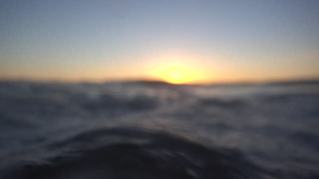 waves break in the pacific ocean at sunset. - slow motion - weichzeichner stock-videos und b-roll-filmmaterial