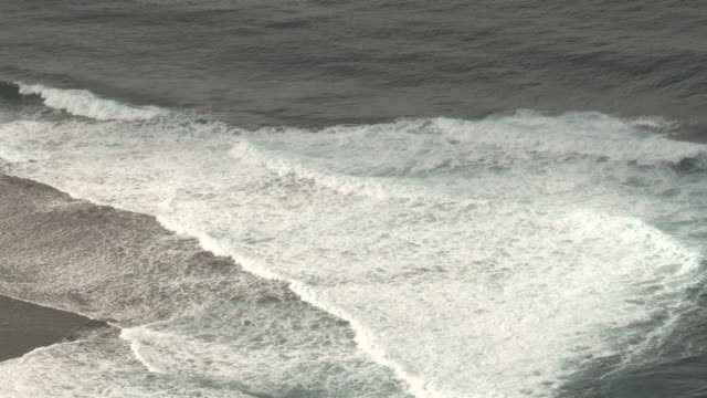 vidéos et rushes de waves break onto coral reef at edge of tropical lagoon, tahiti, french polynesia - south pacific ocean
