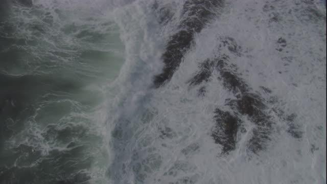vídeos de stock e filmes b-roll de waves break over rocks on the falkland islands. available in hd - ilhas malvinas