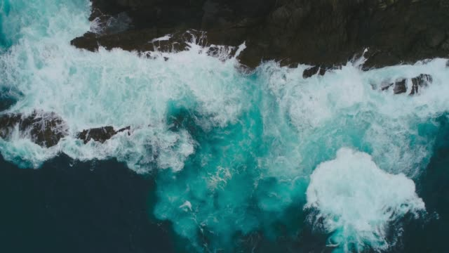 vidéos et rushes de vagues déferlantes en mer. - écume