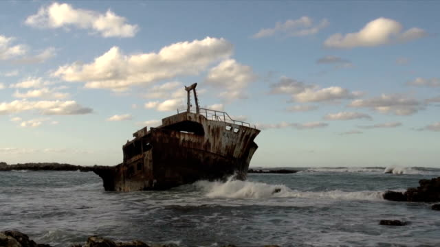 vidéos et rushes de ws waves breaking on meisho maru 38/  trawler shipwrecked in 1982 / cape agulhas/ western cape/ south africa - endommagé
