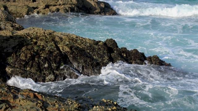 Wellen brechen auf Rocky Coastline