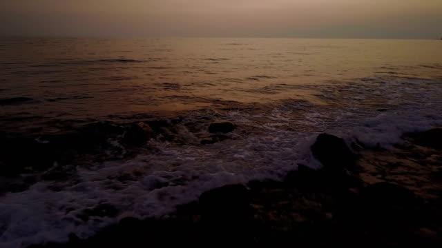 Golven die breken op kleine rotsachtige strand van Maui