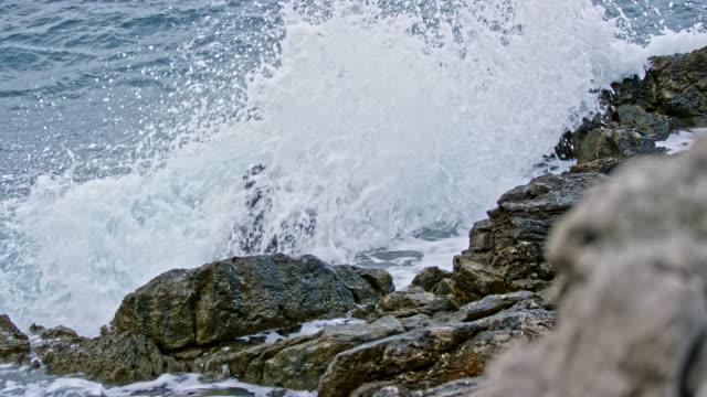 曇りの日に岩のビーチで slo mo 波 - ツレス点の映像素材/bロール