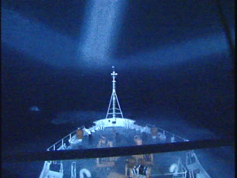 vidéos et rushes de ms waves breaking over ship bow in stormy weather in labrador sea at night, seen through window, atlantic ocean, newfoundland, canada - proue