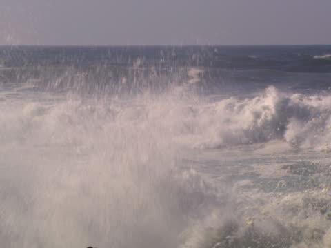 vídeos y material grabado en eventos de stock de waves coming toward the camera - artbeats