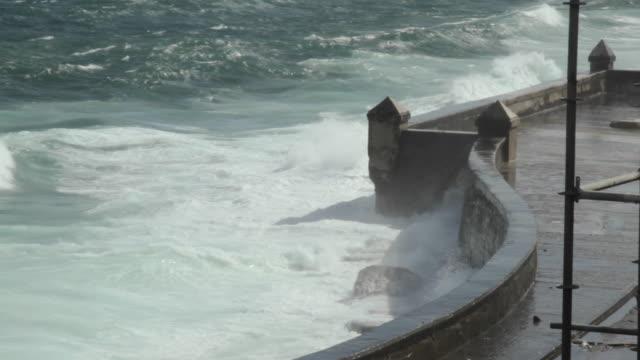 stockvideo's en b-roll-footage met waves crash against a sea wall in havana. - golf van mexico