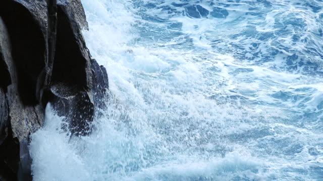 vídeos de stock, filmes e b-roll de 4k: ondas de colisão em rochas - pedra rocha