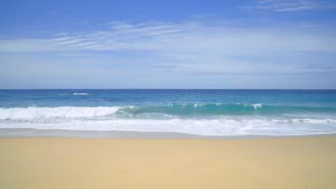 vidéos et rushes de waves crash on a tranquil deserted beach in big sur - plage