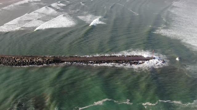 vidéos et rushes de vagues s'écrasant contre une vague de rupture - paysage marin