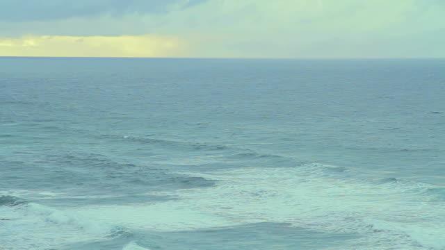 ws pan waves crashing against coast at twelve apostles battered / port campbell, victoria, australia - apostel bildbanksvideor och videomaterial från bakom kulisserna