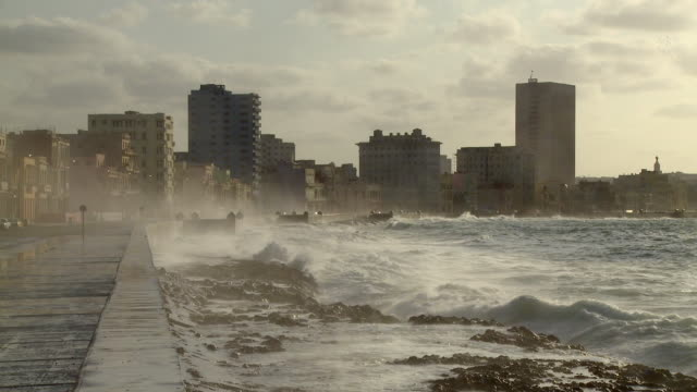 WS Waves crashing against seawall / Havana, Cuba