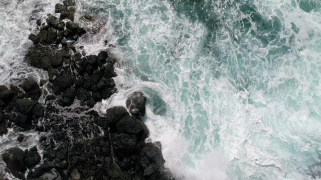 vídeos de stock, filmes e b-roll de ondas em uma praia - pedra rocha