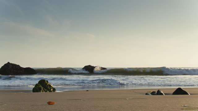 vídeos de stock e filmes b-roll de waves crashing on beach in malibu - malibu