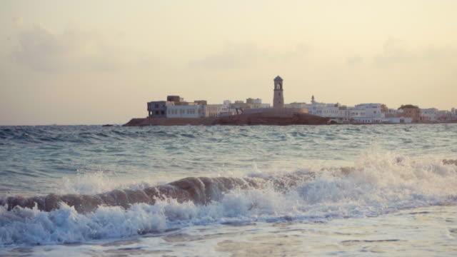 vídeos y material grabado en eventos de stock de waves crashing on beach - omán