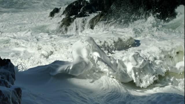 waves crashing on pacific coast with sea foam, oregon - 泡立つ波点の映像素材/bロール