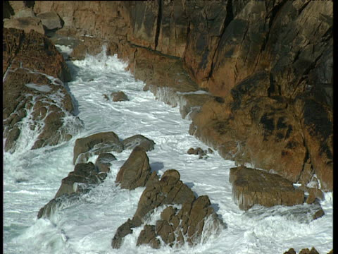 waves crashing on rocks jersey - felswand stock-videos und b-roll-filmmaterial