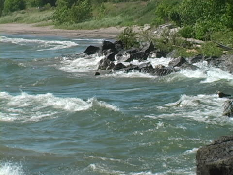 stockvideo's en b-roll-footage met waves crashing on rocks - ontariomeer