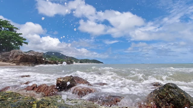 vídeos de stock e filmes b-roll de waves crashing on rocky beach thailand - mar de andamão