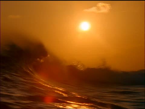 waves crashing on rough seas at sunset / maldives islands, indian ocean - 少於10秒 個影片檔及 b 捲影像