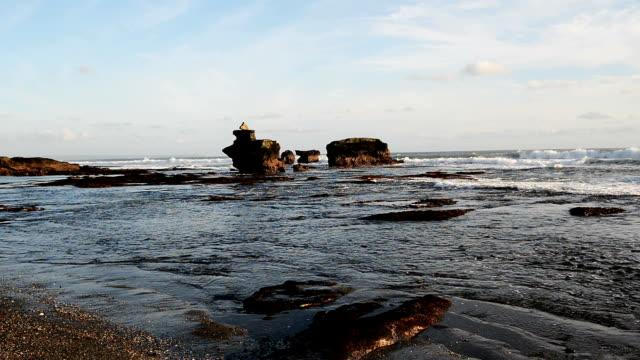 hd: 黒い砂の砂浜に打ち寄せる波のビーチ バリ、インドネシア - プラタナロット点の映像素材/bロール