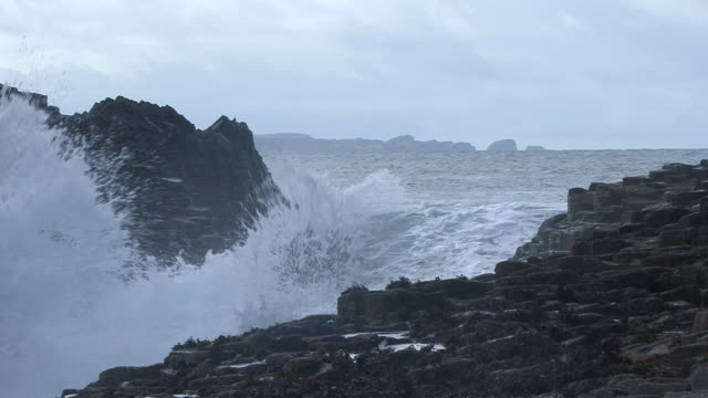vidéos et rushes de ha waves crashing onto the rocky coastline / argyll and bute, scotland, united kingdom - mull