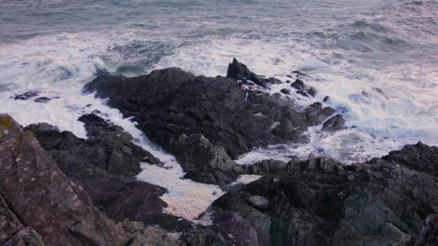 stockvideo's en b-roll-footage met waves crashing over rocks - coastal feature