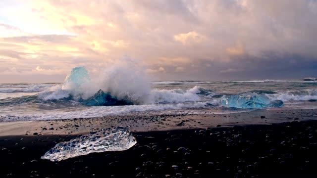 SLO-MO-Wellen brechen gegen Eisberge