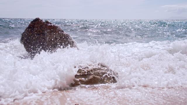 Stauchung SLO MO Wellen gegen Felsen am Strand