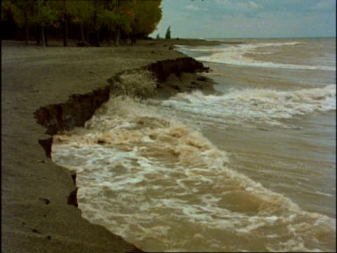 vidéos et rushes de ms waves eroding beach, usa - érodé