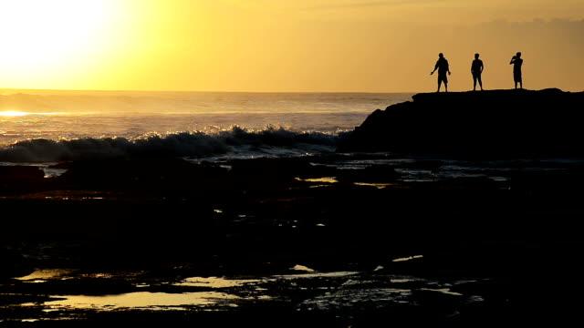 vídeos y material grabado en eventos de stock de hd: olas del pacífico rompiendo en acantilado en la playa de bali, indonesia - cultura indonesia