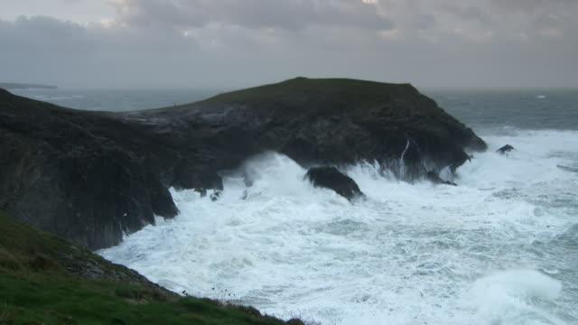 waves hitting cornish headland - brant klippa bildbanksvideor och videomaterial från bakom kulisserna