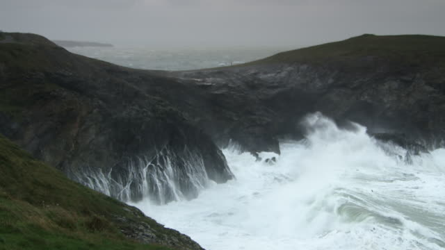 waves hitting headland slow motion - イングランド南西部点の映像素材/bロール