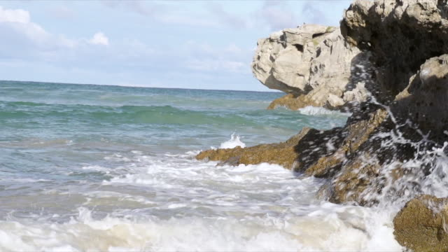 vidéos et rushes de ms slo mo waves hitting rocky outcrop at arniston beach / arniston, western cape, south africa - outcrop