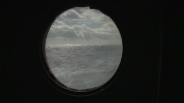 vidéos et rushes de waves in the southern ocean are seen through a porthole. available in hd. - aller tranquillement