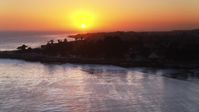 サンタクルス、カリフォルニア - ドローン ショットの周りに打ち寄せる波 - カリフォルニア州サンタクルーズ点の映像素材/bロール