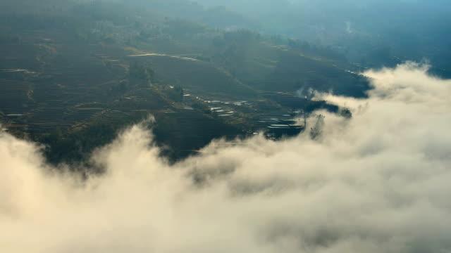 vídeos de stock, filmes e b-roll de ondas de nuvens nas encostas em terraças - yunnan province