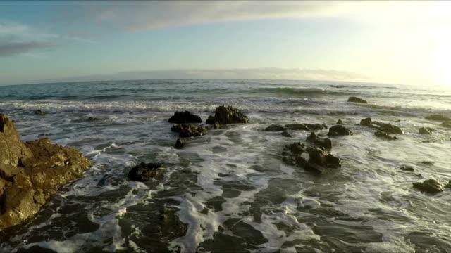 Wellen des Pazifischen Ozeans in Malibu, Kalifornien