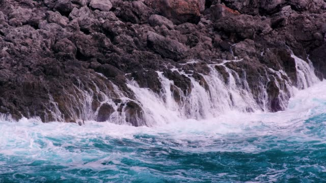 waves of tyrrhenian sea crash into rocks, amalfi coast, province of salerno, italy - mittelmeer stock-videos und b-roll-filmmaterial