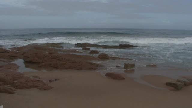 vídeos y material grabado en eventos de stock de olas en una playa rocosas - kwazulu natal