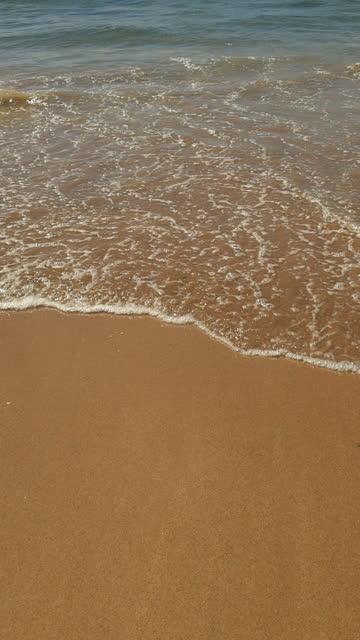 vidéos et rushes de vagues sur une plage de sable fin. point de vue personnel. - paradisiaque