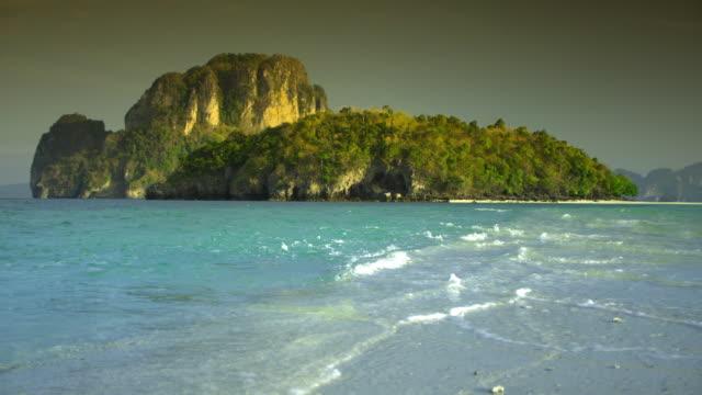 vídeos y material grabado en eventos de stock de ms waves on beach and tropical island, krabi, thailand - mar de andamán