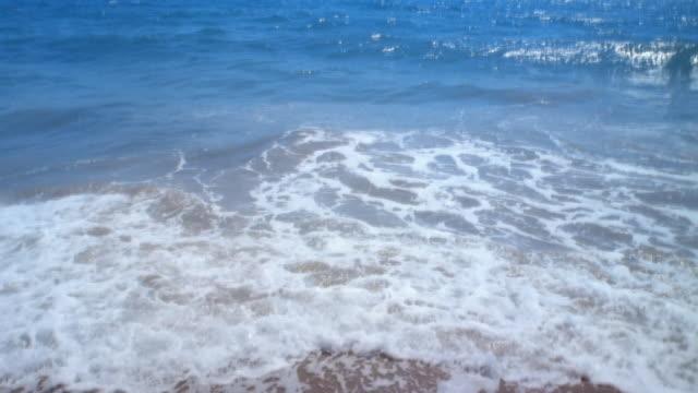 vidéos et rushes de ms, waves on beach, california, usa - océan pacifique nord