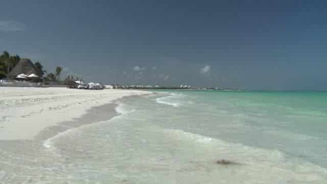 vídeos y material grabado en eventos de stock de slo mo, ws, waves on beach, playa del carmen, quintanaroo, mexico - playa del carmen