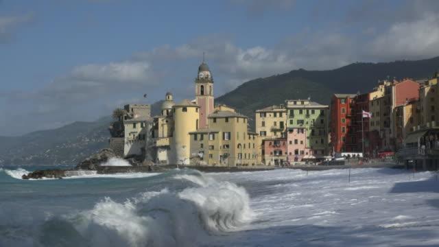 waves on beachfront of camogli - inquadratura fissa video stock e b–roll