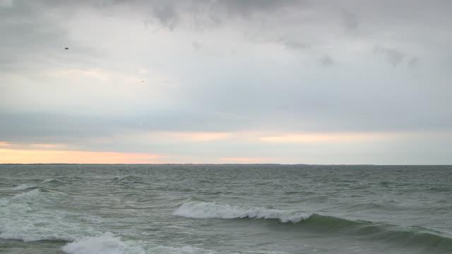 waves on lake ontario - lake ontario bildbanksvideor och videomaterial från bakom kulisserna