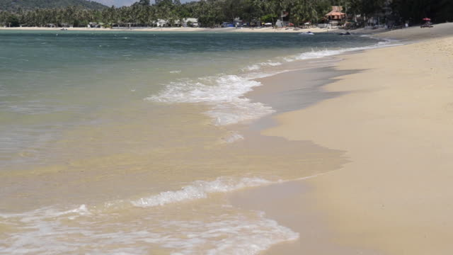 ms waves on sandy beach / mae nam, ko samui, thailand    - insel ko samui stock-videos und b-roll-filmmaterial
