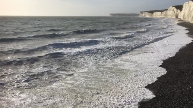 waves on the beach - kreidefelsen stock-videos und b-roll-filmmaterial