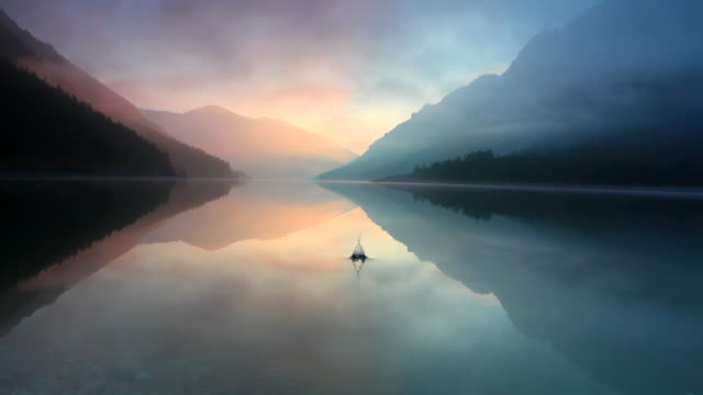 stockvideo's en b-roll-footage met waves on the lake plansee, tirol, austria - horizon