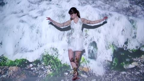vídeos y material grabado en eventos de stock de proyección de ondas sobre una bailarina - arte